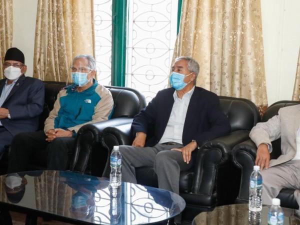माधव नेपाल निवासमा विपक्षी गठबन्धनको बैठक बस्दै